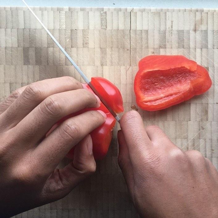 Een paprika die gesneden wordt