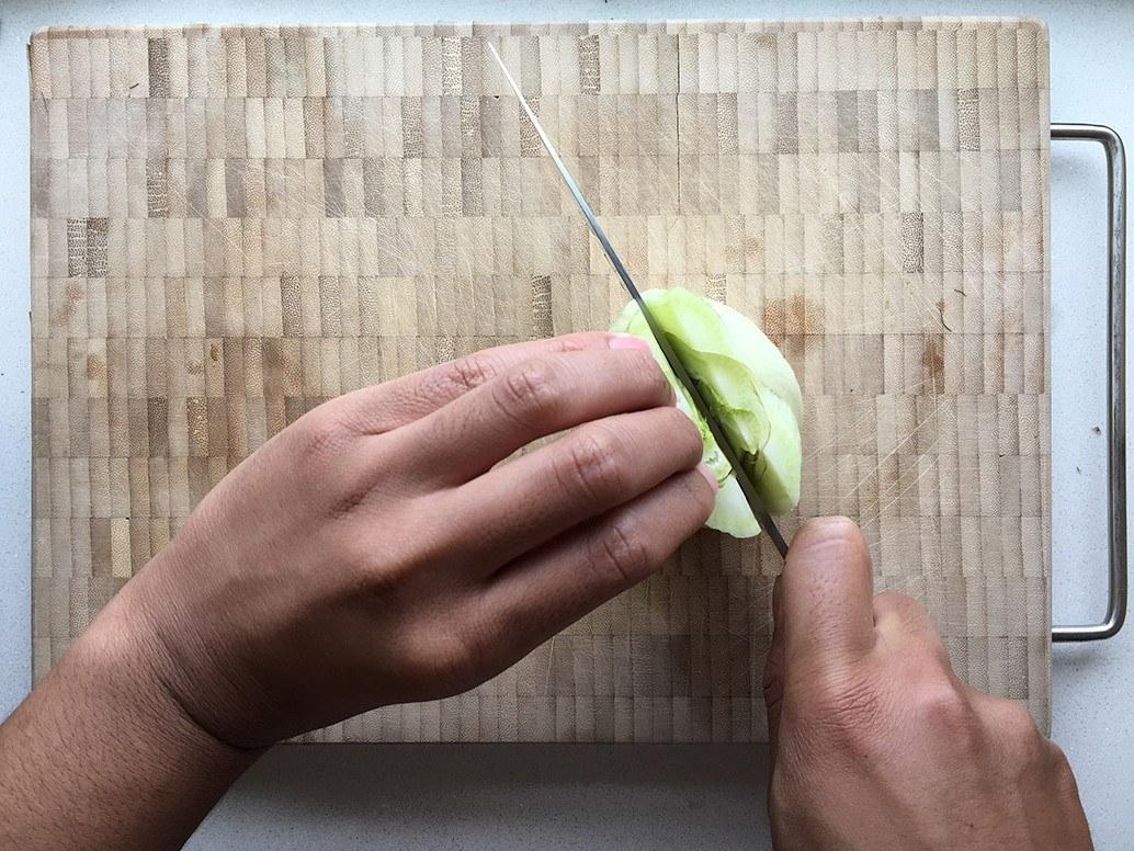 Een venkel die in twee helften gesneden wordt